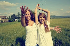 field-friends-girls-happy-sky-Favim.com-71911