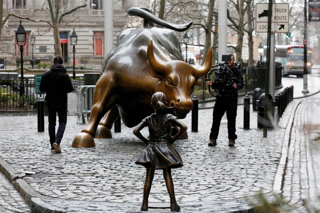 170307-wall-street-bull-girl-statue-1012p_503a1f140e10b0876352161c4e474985.nbcnews-fp-1200-800